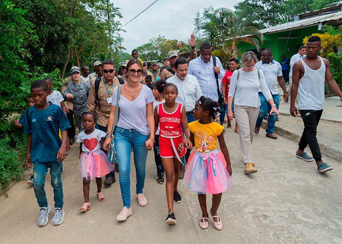 María Paula Correa, jefe de gabinete, dando un recorrido por las calles de Bojayá con las niñas.