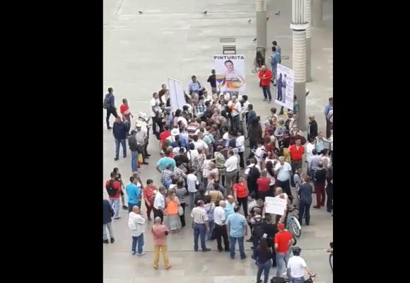 La fracasada marcha uribista que buscaba derrocar al alcalde de Medellín