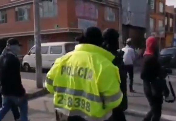 ¿Policía encapuchado que pillaron en las protestas en Suba?. Video