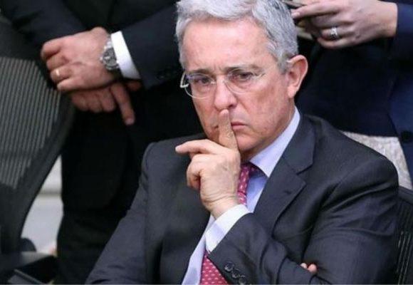 En traje de baño Álvaro Uribe se defiende de insultos en playa donde descansaba. Video