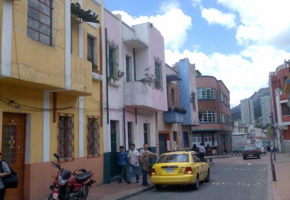 La aventura de caminar por calles colombianas