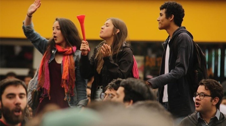 Pelando el cobre. #ColombianosConformistas