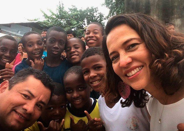 El alto consejero de seguridad Rafael Guarín y la ministra del Interior Nancy Patricia Gutiérrez también rodeados de niños en el Chocó