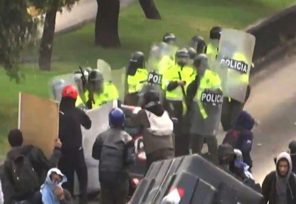 Infame ataque de los encapuchados a la policía