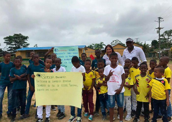 La directora de Prosperidad Social, Susana Correa, se comprometió con los niños a llevarles una cancha sintética.