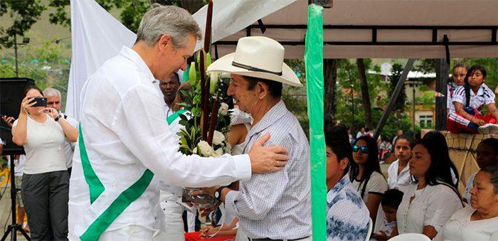 El embajador de Francia en Colombia, Gautier Migno, con Gustavo de Jesús Lezcano