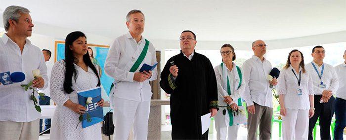 Representantes de la JEP con los embajadores de Francia y Suecia en el cementerio de Dabeiba. Foto: JEP