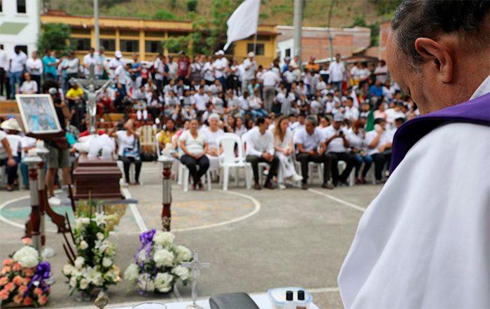 Misa en la plaza principal de Dabeiba, en honor a Edison Lexander. Foto: JEP