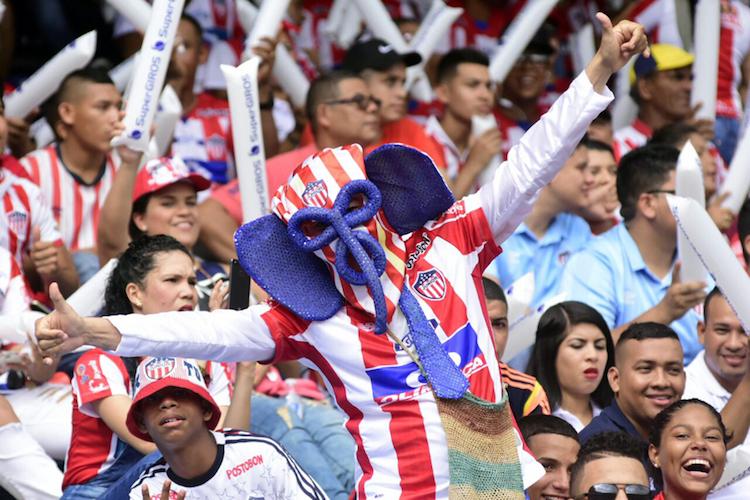 Video: Por gritar contra Win Sport la policía quiso callar a un hincha en el Metropolitano