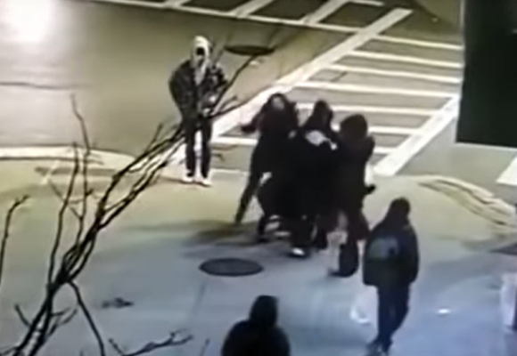 Video: Por hablar español mamá e hija sufren brutal golpiza en Estados Unidos