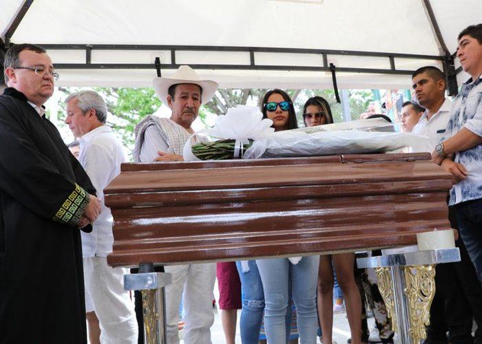 El papá y las hijas de Edison Lexander reciben su cuerpo. Foto: JEP