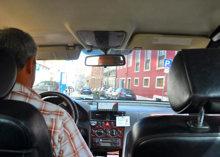 Taxista casi apuñala a padre de familia por confundirlo con Uber