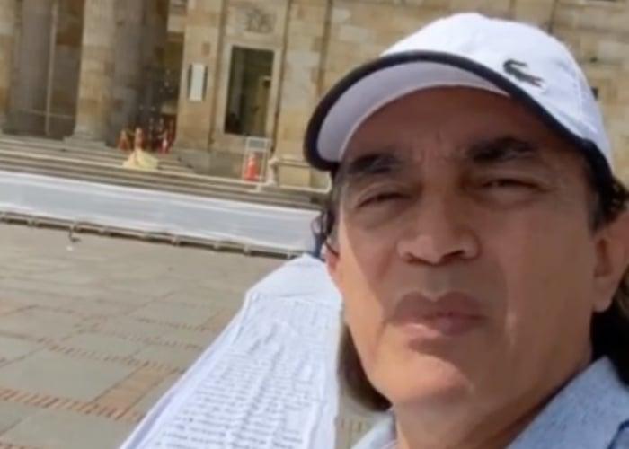 Señor Gustavo Bolívar, cambie la receta con la que quiere vender su ficción contra Uribe