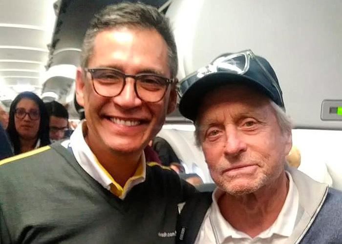 Enloquecido por Colombia: Michael Douglas viaja a Cali en la aerolínea más barata de todas