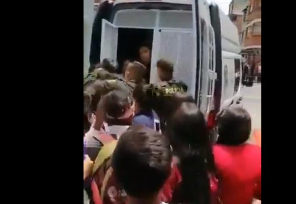 La policía se lleva a la brava a una niña de colegio en Bogotá. VIdeo