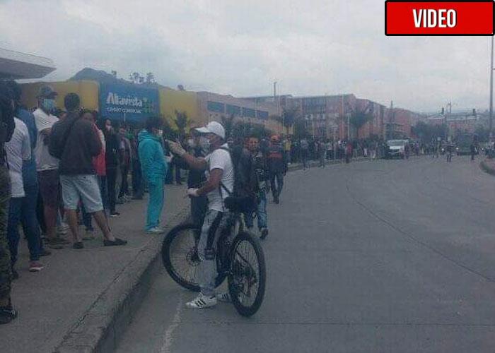 Ríos de gente invaden un centro comercial de Bogotá