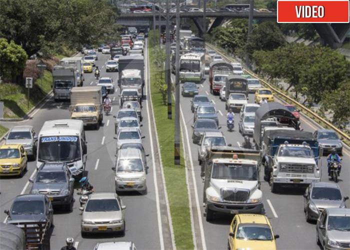 En Medellin tampoco faltaron los irresponsables: cientos de carros salen de la ciudad