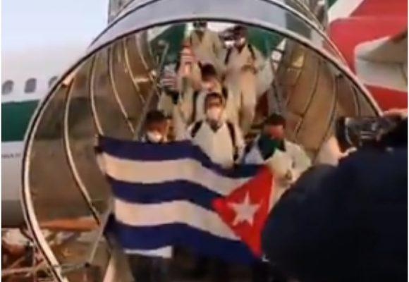 Como héroes, así recibieron a médicos cubanos en Italia
