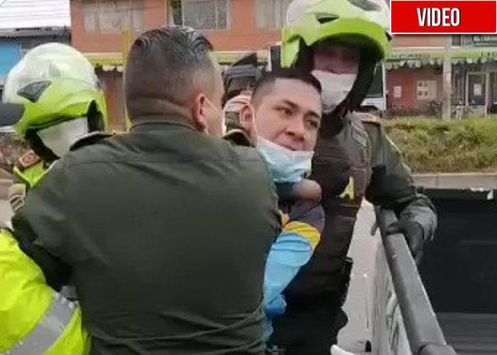 La policía no le aceptó su permiso para ir al trabajo en cuarentena y lo detuvieron