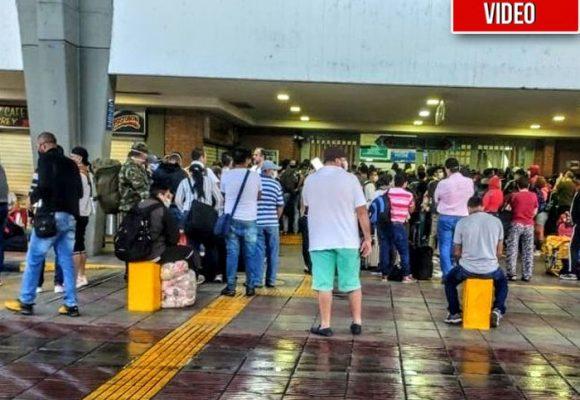 La gente no hace caso: aglomeraciones en terminales de transporte de Bogotá y Cali