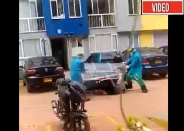 VIDEO: Sacan a paciente con coronavirus y se les cae