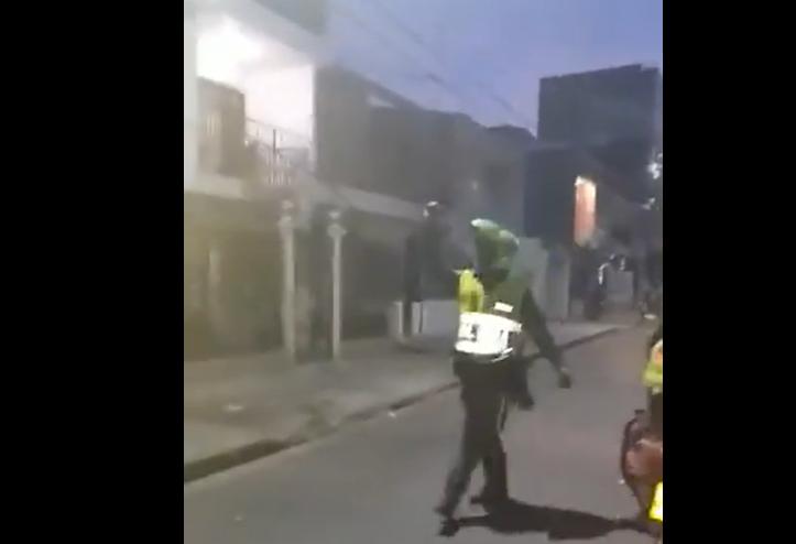 El policía que golpeó a un niño por estar en su antejardín en Cali. Video