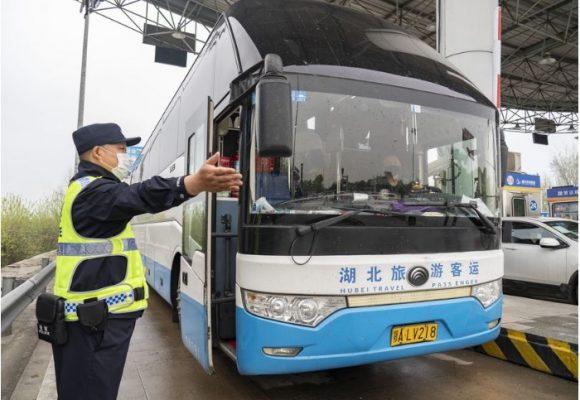 La gente en Wuhan vuelve a las calles después de tres meses de aislamiento