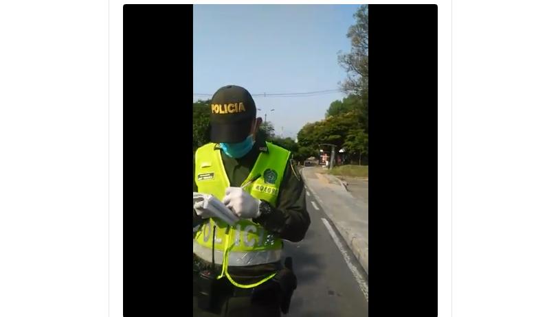 Policía le pone comparendo a Jefe de Enfermeras en Medellin que iba para el trabajo. VIDEO