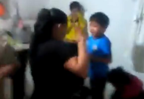 Niños ahogándose por los gases que ordenó tirar la alcaldesa en Ciudad Bolívar. VIDEO