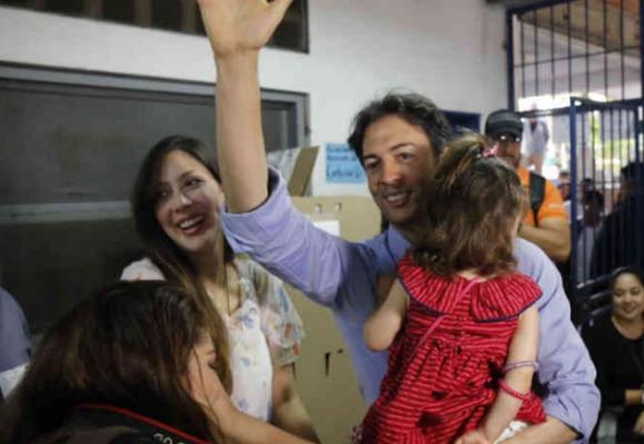 En medio del dolor por su hija, al alcalde de Medellín lo regañan por su ortografía