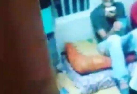 VIDEO: Presos en Bellavista desayunan al lado de muerto por posible COVID-19