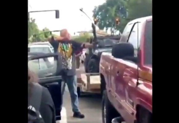 VIDEO: El racista que atacó a flechazos a los que protestaban en Estados Unidos
