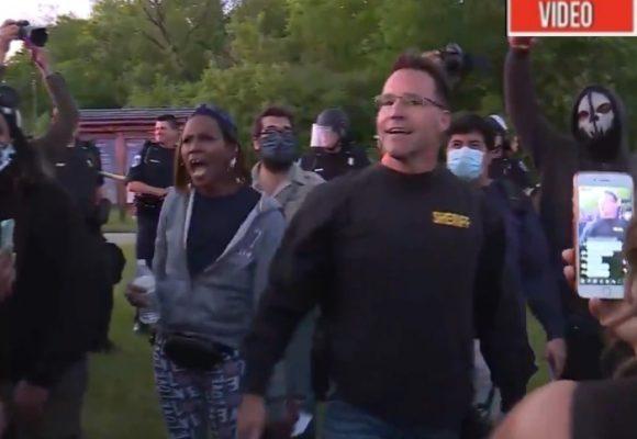 VIDEO: En medio de protesta, un policía gringo decide unirse a la marcha