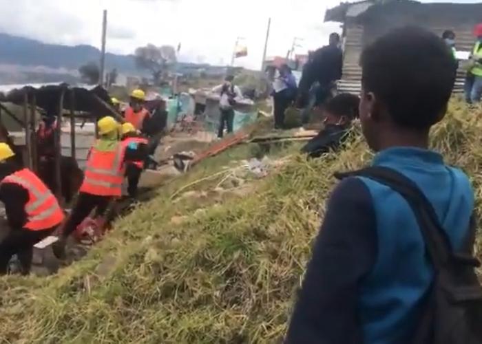 VIDEO: El dolor de dos hermanos al ver cómo les tumban su casa