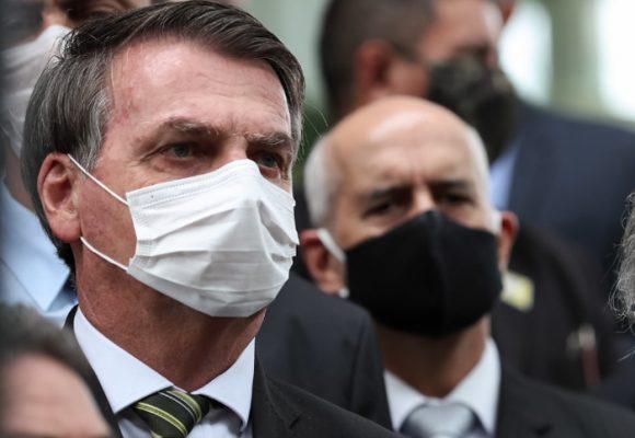 Bolsonaro se puso el tapaboca pero la crisis lo puede enterrar