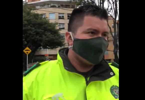 El infame atropello de un policía a una mama y su pequeña hija. VIDEO