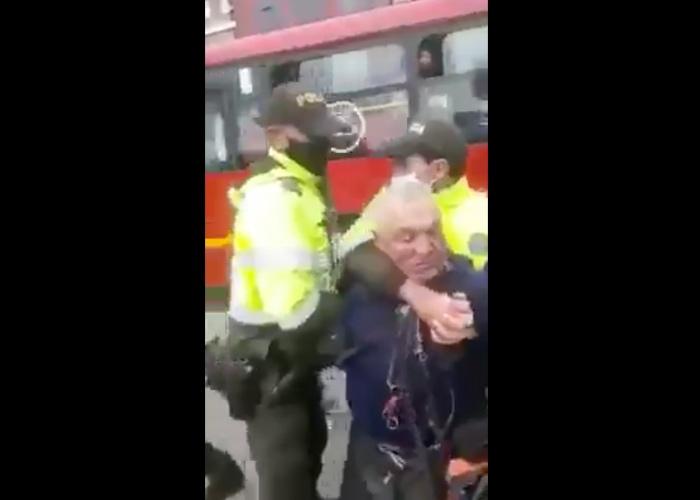 La policía le da una golpiza a anciano que sólo queria trabajar. VIDEO