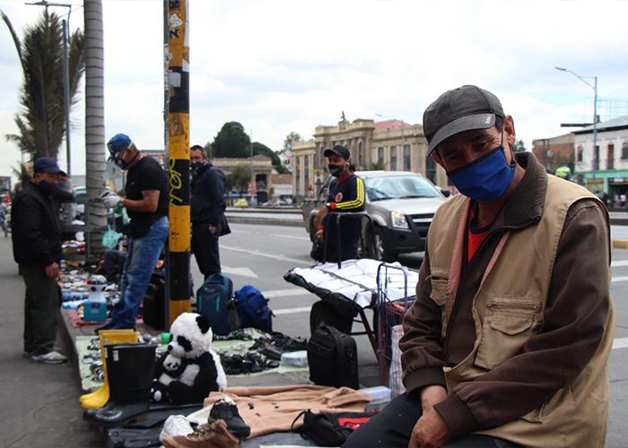 """""""Necesitamos trabajar"""", responden los vendedores al paso de la cámara sobre sus puestos de venta informal. María Fernanda Padilla Quevedo"""