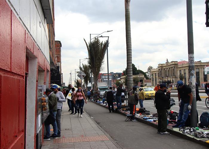 Ropa de segunda, antigüedades y repuestos electrónicos son algunos de los productos en los andenes de la calle 13. Foto: María Fernanda Padilla Quevedo