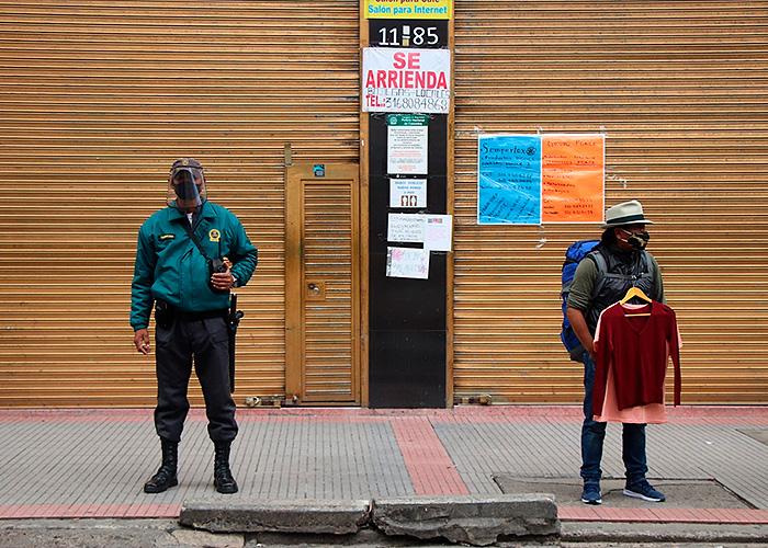 Decenas de letreros de arriendo y domicilios llenan las fachadas del comercio mientras los vendedores intentan mantener la distancia de un metro. Foto: María Fernanda Padilla Quevedo