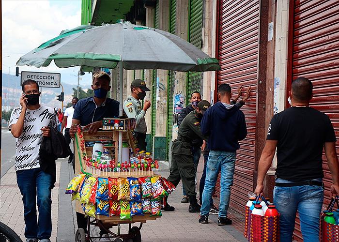 Policías motorizados y a pie patrullan las calles para realizar requisas y verificar antecedentes judiciales. Foto: María Fernanda Padilla Quevedo