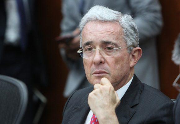 """""""Este día Santos le entregaba el país a las Farc"""": Uribe"""