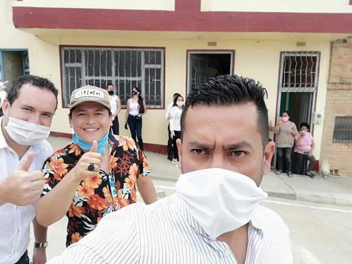 Ferney Díaz secretario de gobierno, en la mitad el cantante y al otro lado el concejal Arturo Beltran. Foto: Andrés Hernández