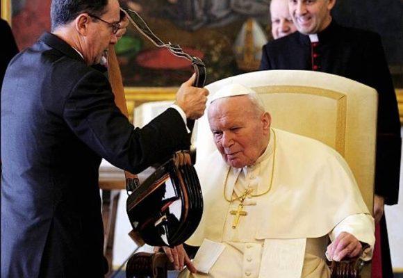 Cuando Alvaro Uribe le regaló un carriel a Juan Pablo II