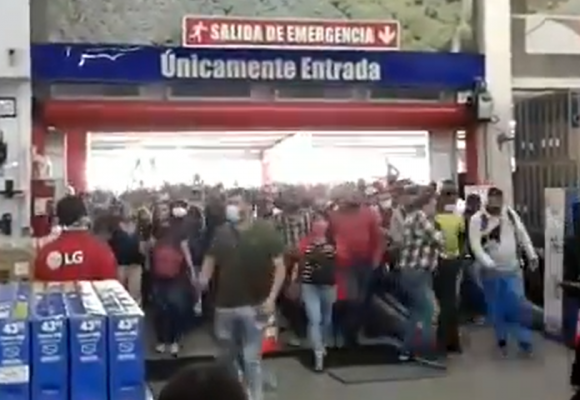 La locura por entrar a un Alkosto en Bogotá. VIDEO
