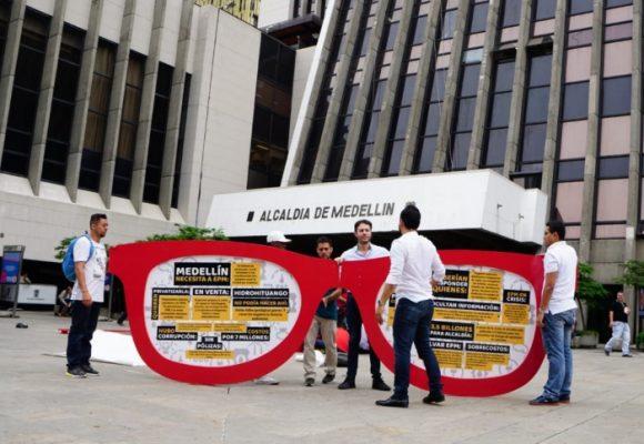 """Cuando Daniel Quintero le instaló a Fico las """"gafas más grandes del mundo"""""""