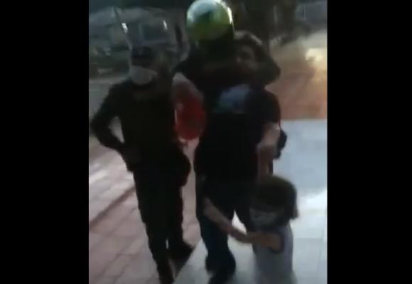 Policía casi ahorca a hombre delante de su hijo por no llevar cédula. VIDEO