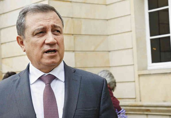 Le critican a Ernesto Macías su lambonería con Duque