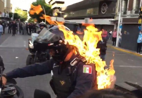 VIDEO: Prenden fuego a policía tras asesinato de un hombre