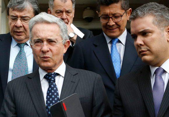 Llueven palos a Uribe por felicitar a Iván Duque
